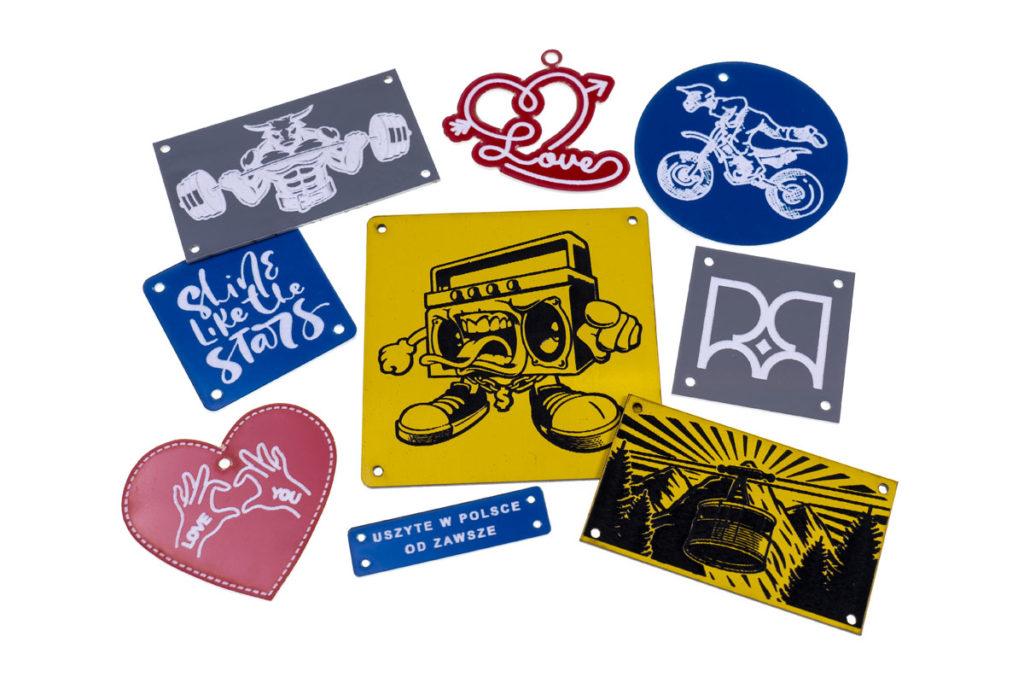 emblematy plastikowe kolorowe